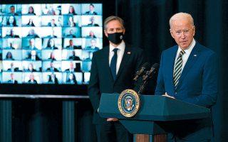 Το μήνυμα της χθεσινής επίσκεψης του Τζο Μπάιντεν στο Στέιτ Ντιπάρτμεντ ήταν σαφές: η Αμερική επιστρέφει στη δυναμική διπλωματία. Στη φωτογραφία, ο Αμερικανός πρόεδρος με τον υπουργό Εξωτερικών Αντονι Μπλίνκεν (φωτ. A.P. Photo/Evan Vucci).