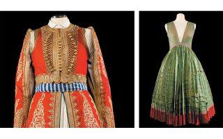 Αριστερά, η ανδρική ενδυμασία με ντουλαμά, που αποδίδεται στον βασιλιά Οθωνα, είναι ένα από τα εντυπωσιακά εκθέματα. Μέσα 19ου αιώνα, Λύκειο των Ελληνίδων. Δεξιά, πολύπτυχο φουστάνι, τμήμα της παλαιότερης φορεσιάς που απαντά στην Υδρα, στις Σπέτσες και στην Ερμιονίδα. Συλλογή Λυκείου των Ελληνίδων.