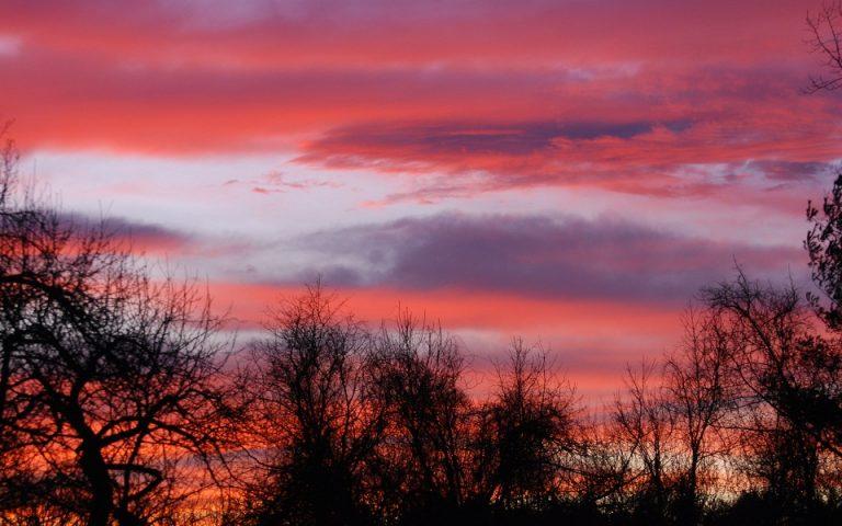 Κόκκινο ηλιοβασίλεμα πάνω από πάλλευκο τοπίο (βίντεο)