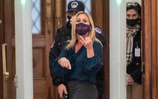 Η ακροδεξιά Ρεπουμπλικανή βουλευτής Μάρτζορι Τέιλορ Γκριν, διαβόητη συνωμοσιολόγος, εισέρχεται στο Καπιτώλιο με μάσκα «Μολών Λαβέ» (φωτ. EPA / SHAWN THEW).