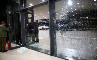 Eιδικοί εξετάζουν τις ζημιές που προκλήθηκαν από επίθεση με ρουκέτες στο αεροδρόμιο του Αρμπίλ (φωτ. EPA).