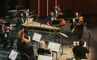 Ο Γιώργος Πέτρου διευθύνει τους μουσικούς της Καμεράτας, σε ζωντανή μετάδοση από το Κέντρο Πολιτισμού Ιδρυμα Σταύρος Νιάρχος.