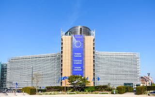 Η Ευρωπαϊκή Επιτροπή έχει στη διάθεσή της δύο μήνες για την αποτίμηση των σχεδίων που θα καταθέσουν τα κράτη-μέλη (φωτ. Shutterstock).