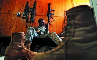 Αμερικανός στρατιώτης σε βάση στο Αφγανιστάν παίζει ηλεκτρική κιθάρα. Ο κίνδυνος όμως παραμονεύει. Απροειδοποίητα μπορεί οι μελωδίες των χορδών να δώσουν τη θέση τους στο κροτάλισμα των όπλων.    Φωτ. A.P. Photo / Dima Gavrysh