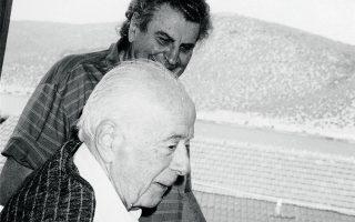 Ο Αντώνης Σαμαράκης με τον Μίκη Θεοδωράκη.