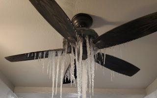 Σταλακτίτες πάγου κρέμονται από ανεμιστήρα στο Τέξας (Φωτ.: ABC News).