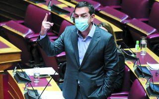 Η επιλογή Τσίπρα να τοποθετείται στα νομοσχέδια από το έδρανο μαρτυρεί την πρόθεσή του να συγκροτήσει αντιπολιτευτικό μέτωπο. Φωτ. INTIME NEWS