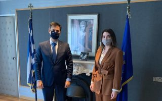 Ο υπουργός Τουρισμού Χάρης Θεοχάρης και η εκπρόσωπος της CLIA, Μαρία Δεληγιάννη (φωτ.: Υπουργείο Τουρισμού)