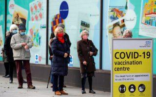 Ουρά μπροστά σε εμβολιαστικό κέντρο στο Φόλκστοουν του Κεντ, στη νοτιοανατολική Αγγλία (φωτ. Reuters)