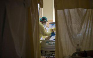 Τη Δευτέρα καταγράφηκαν 188 εισαγωγές ασθενών στα νοσοκομεία της Αττικής και προχθές 168 από τις 304 που έγιναν σε όλη την επικράτεια. (Φωτ. EPA/MARTIN DIVISEK)