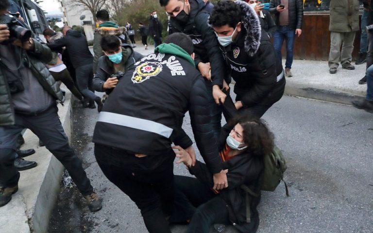 Ε.Ε.: Ανησυχία για τις συλλήψεις φοιτητών στην Τουρκία
