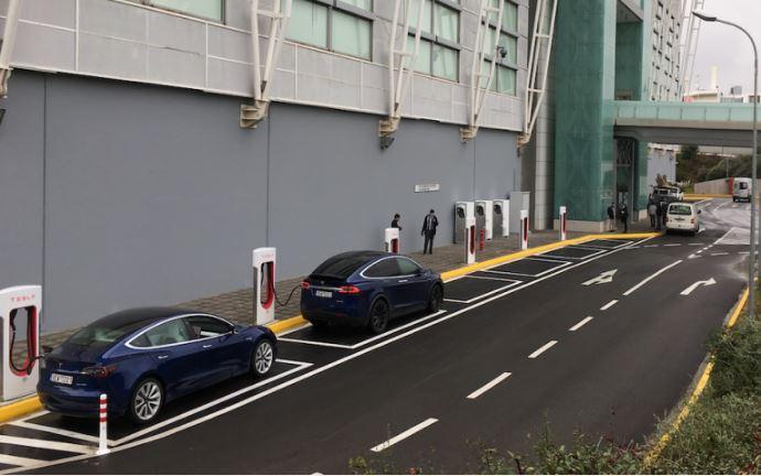 Tesla: Ο πρώτος σταθμός superchargers στην Ελλάδα – Στο Golden Hall
