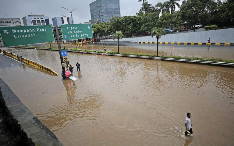 Η Τζακάρτα πλήττεται από πλημμύρες – Τουλάχιστον 1.000 άνθρωποι εγκατέλειψαν τις εστίες τους