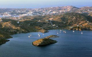 Με τα 28 ηλιακά φωτιστικά το ακριτικό νησί αποκτά την αυτονομία που χρειαζόταν, αξιοποιώντας τα υψηλά επίπεδα ηλιοφάνειας σχεδόν όλο τον χρόνο. Φωτ. ΑΠΕ-ΜΠΕ/Παντελής Σαίτας