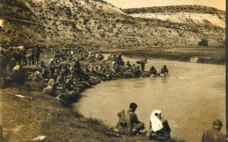 Καλοκαίρι του 1921. Ελληνες στρατιώτες ξεδιψούν στον ποταμό Πουρσάκ, παραπόταμο του Σαγγάριου. Φωτ. ΕΘΝΙΚΟ ΙΣΤΟΡΙΚΟ ΜΟΥΣΕΙΟ