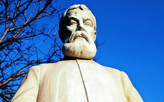 To άγαλμα του Αλέξανδρου Παπαδιαμάντη στην πόλη του Βόλου. Φωτ. SHUTTERSTOCK