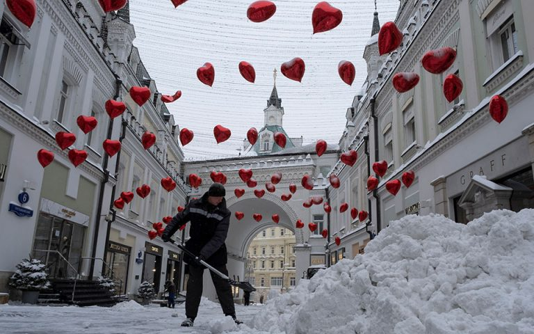 Στα λευκά η Μόσχα: Προβλήματα στην κυκλοφορία και ακυρώσεις πτήσεων