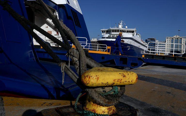 Παραμένουν δεμένα τα πλοία στα λιμάνια της Αττικής