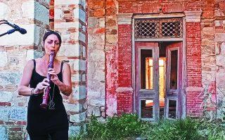 Μουσική περφόρμανς από τη Λένα Χατζηγρηγορίου στο «Κοκκινόσπιτο».