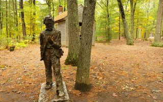 Αγαλμα του Χένρυ Ντέιβιντ Θορώ κοντά στην περίφημη καλύβα της λίμνης Γουόλντεν, όπου έζησε για ένα διάστημα ο Αμερικανός συγγραφέας. (Φωτ. SHUTTERSTOCK)