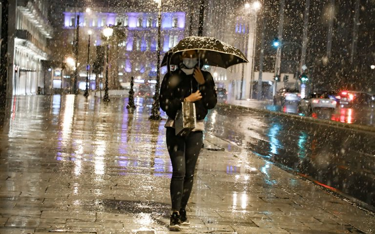 Χιόνια και στο κέντρο της Αθήνας (φωτογραφίες)