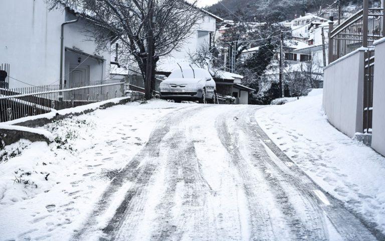 Χιονόπτωση στη Λάρισα – Πού απαγορεύθηκε η κίνηση των φορτηγών