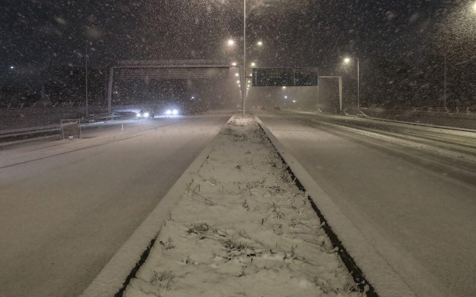 Στα λευκά η Αττική – Ισχυρή σύσταση για αποφυγή μετακινήσεων