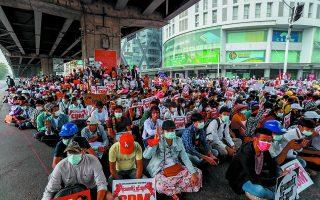 Χιλιάδες πολίτες απαιτούν στους δρόμους μικρών και μεγάλων πόλεων την αποκατάσταση της δημοκρατίας. Φωτ. A.P.