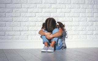 Τρεις οργανώσεις ζητούν από την πολιτεία να καταργήσει την καθιερωμένη τακτική, που περιλαμβάνει επαναλαμβανόμενες καταθέσεις των παιδιών-θυμάτων σε διαφορετικές υπηρεσίες και την καθιστά ιδιαίτερα τραυματική για τους ανηλίκους, οι οποίοι επαναθυματοποιούνται (φωτ. SHUTTERSTOCK).
