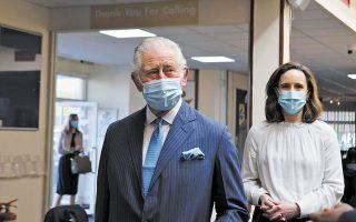 O πρίγκιπας Κάρολος, μετά την επίσκεψη σε εκκλησία του Λονδίνου, η οποία λειτουργεί ως εμβολιαστικό κέντρο, δεν απάντησε στις ερωτήσεις των δημοσιογράφων σχετικά με τη συνέντευξη του δούκα και της δούκισσας του Σάσεξ (φωτ. Ian Vogler/Pool via A.P.).