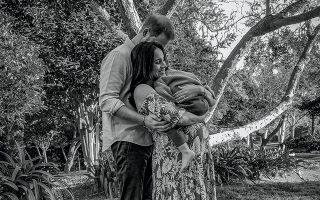 Ο Χάρι και η εγκυμονούσα Μέγκαν, που κρατάει αγκαλιά τον μικρό Άρτσι, το χρώμα του οποίου φαίνεται ότι υπήρξε θέμα συζήτησης στο Παλάτι πριν από τη γέννησή του, σύμφωνα με όσα ειπώθηκαν στην περίφημη συνέντευξη. © Misan Harriman/The Duke and Duchess of Sussex via Getty Images/ Ideal Image