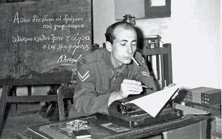 Το 1961, υπηρετώντας τη θητεία του στα Γιάννενα. Εδώ, σε μια αποθήκη, έχει γράψει στίχους του Αναγνωστάκη, στον οποίο αργότερα έστειλε τη συγκεκριμένη φωτογραφία.