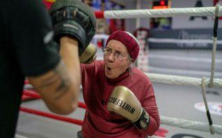 Η 75χρονη Νάνσυ φαν ντερ Στράχτεν πάσχει από τη νόσο του Πάρκινσον. Αυτό δεν τη εμποδίζει να προπονείται στο μποξ, σε γυμναστήριο της Αττάλειας. REUTERS/Umit Bektas