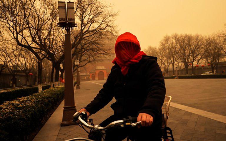 Εικόνες… αποκάλυψης από σφοδρή αμμοθύελλα στο Πεκίνο