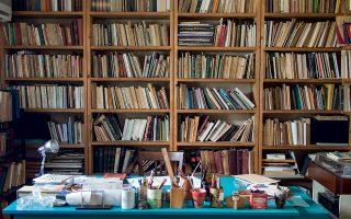 Το γραφείο, η βιβλιοθήκη, ο μικρόκοσμος της Μαρίας Λαϊνά. (Φωτογραφίες: Δημήτρης Τσουμπλέκας)