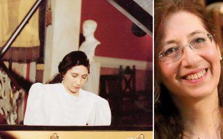Αριστερά, σε νεαρή ηλικία, στο πιάνο: είχε δείξει από νωρίς την κλίση της. Η Μέμα, πάντα με το χαμόγελο.
