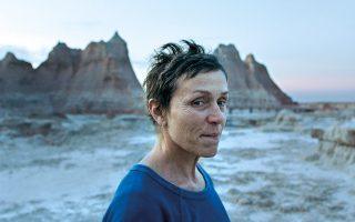 Η Φράνσις Μακ Ντόρμαντ, καθηλωτική για άλλη μία φορά,  πρωταγωνιστεί στο «Nomadland» της Κλόε Ζάο. © Searchlight Pictures via AP