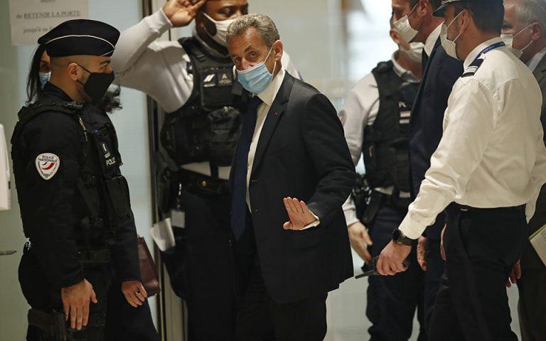 Ο πρώην πρόεδρος της Γαλλίας Νικολά Σαρκοζί καταδικάσθηκε χθες σε φυλάκιση τριών ετών, ένα από τα οποία χωρίς αναστολή, καθώς γαλλικό δικαστήριο τον έκρινε ένοχο για απόπειρα δωροδοκίας δικαστικού και αθέμιτη άσκηση επιρροής (φωτ.AP Photo/Michel Euler).