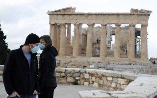 Επισκέπτες ξανά στην Ακρόπολη, καθώς από χθες επαναλειτουργούν οι υπαίθριοι αρχαιολογικοί χώροι (φωτ.AP Photo/Thanassis Stavrakis).