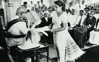 Σιρίμαβο Μπανταρανάικε (1916-2000) Η πρώτη γυναίκα πρωθυπουργός στον κόσμο: εξελέγη το 1960 στη Σρι Λάνκα. Έκανε μια σειρά σημαντικών μεταρρυθμίσεων. «Συχνά με ρωτούσαν πώς τα κατάφερα με ένα Υπουργικό Συμβούλιο όλο άνδρες. Δεν είχα κανένα πρόβλημα. Ήταν όλοι συνεργάσιμοι και μου έδωσαν την υποστήριξη που χρειαζόμουν. Τους είχα επιλέξει, βέβαια, εγώ...» AP