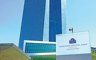 Η διστακτικότητα της ΕΚΤ να κάνει κάτι περισσότερο από το να παρεμβαίνει λεκτικά μεταφράζεται από παράγοντες της αγοράς ως απροθυμία να «φορτώσει» τον ισολογισμό της με ακριβότερα ομόλογα.
