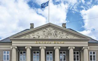 Δεν τηρούν απαρεγκλίτως την ίδια πολιτική όλες οι τράπεζες της Δανίας. Η Danske Bank, για παράδειγμα, διατηρεί υψηλότερο όριο καταθέσεων από το οποίο επιβάλλονται αρνητικά επιτόκια (φωτ. SHUTTERSTOCK).