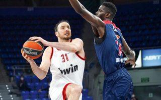 Ο Κουφός έκανε το ντεμπούτο του με τον Ολυμπιακό, όμως η ομάδα του συνετρίβη από την Μπασκόνια με 91-66 (φωτ. INTIMENEWS).