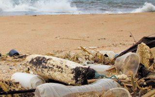Σύμφωνα με τις εκτιμήσεις της Greenpeace, μόλις 9% των πλαστικών συσκευασιών παγκοσμίως ανακυκλώνεται, ένα μέρος αποτεφρώνεται και η μερίδα του λέοντος απορρίπτεται σε νόμιμες ή παράνομες χωματερές, ποτάμια και θάλασσες (φωτ. A.P. Photo / Gemunu Amarasinghe).
