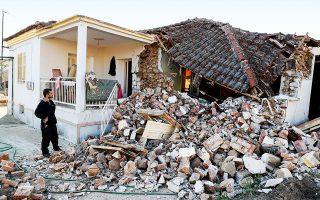 Δεκάδες σπίτια κατέρρευσαν, ενώ αρκετές είναι και οι ζημιές στο οδικό δίκτυο (φωτ. A.P. Photo / Vaggelis Kousioras).