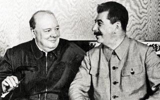 «Αδυνατώ να προβλέψω από πριν τη δράση της Ρωσίας. Είναι ένας γρίφος τυλιγμένος σ' ένα μυστήριο μέσα σε ένα αίνιγμα, αλλά πιθανόν υπάρχει ένα κλειδί που είναι τα εθνικά ρωσικά συμφέροντα», δήλωνε ο Ουίνστον Τσώρτσιλ ένα μήνα μετά την έναρξη του Β΄ Παγκοσμίου Πολέμου, με νωπές τις υπογραφές στο σύμφωνο Ρίμπεντροπ-Μολότοφ. Ο πατέρας της νίκης, όταν κατόπιν ναζιστική Γερμανία και ΕΣΣΔ συγκρούονταν ανηλεώς, αντλούσε δύναμη καθώς «βαδίζω σε αυτόν τον κόσμο με μεγαλύτερο κουράγιο και ελπίδα όταν έχω μία σχέση φιλίας και οικειότητας με αυτόν τον μεγάλο άνδρα». Ναι, μιλούσε για τον Ιωσήφ Βησαριόνοβιτς Στάλιν, με δεδομένο ότι ο παιγνιώδης σερ ηγέτης είχε εξομολογηθεί δημοσίως ότι δεν μισεί κανέναν «εκτός από τον Χίτλερ κι αυτόν για επαγγελματικούς λόγους». Σύμφωνα με επίσημο έγγραφο, η σχέση των δύο ανδρών θερμάνθηκε απότομα ένα Μοσχοβίτικο βράδυ του 1942 με αναρίθμητες φιάλες κρασιού, ο πονοκέφαλος από τα νέα στα μέτωπα για λίγο υποχώρησε, απέναντι σε ολετήρα εχθρό εκ βάθρων αντίπαλοι βρίσκουν κοινό τόπο. Στη φωτογραφία αποτυπώνεται διαλεκτική προσέγγιση, συγκαταβατικός ρεαλισμός για τις ανάγκες της ιστορίας, με παρά πόδα το μεταξύ τους χάσμα για το ποιος πόλος τελικά θα κυριαρχήσει σε καιρό ειρήνης.