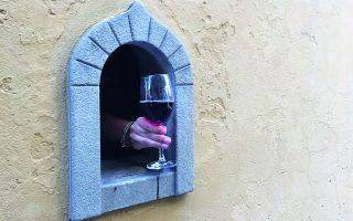Ελέω πανδημίας, κάποια από τα περίπου 200 «παράθυρα κρασιού» που έχουν απομείνει στη Φλωρεντία άνοιξαν και σερβίρουν.