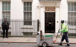 Το εισόδημα των Βρετανών εργαζομένων θα μειωθεί φέτος και στη συνέχεια θα παραμείνει στάσιμο, ακόμη κι όταν θα έχει αρχίσει η ανάκαμψη της οικονομίας, σύμφωνα με το ανεξάρτητο ινστιτούτο οικονομικών ερευνών Resolution Foundation.