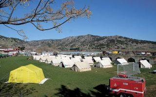 Σκηνές για τους σεισμόπληκτους στήθηκαν από δυνάμεις του στρατού σε γήπεδο στο χωριό Δαμάσι (φωτ. ΑΠΕ-ΜΠΕ/ΑΠΟΣΤΟΛΗΣ ΝΤΟΜΑΛΗΣ).
