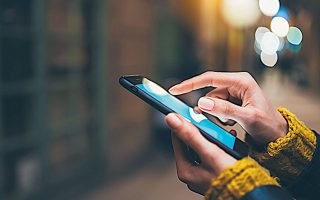 Το 2020 οι πωλήσεις smartphones διολίσθησαν στα χαμηλότερα επίπεδα της τελευταίας εξαετίας, υπό το βάρος της πανδημίας.